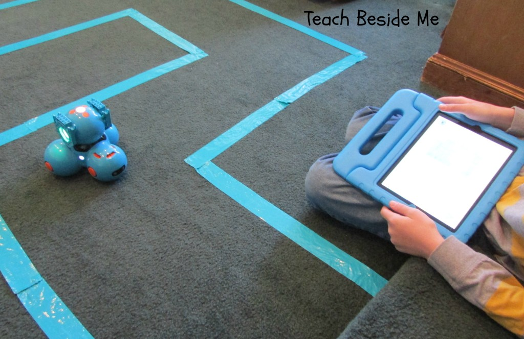 Dash finding Dot in a Maze
